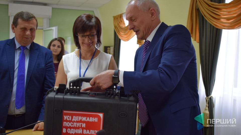 Голова Волинської ОДА передав «цифрову» валізу луцькому ЦНАПу