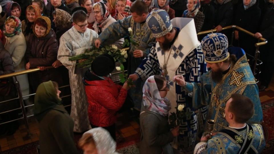 Після служби у луцькому соборі митрополит Михаїл подарував жінкам квіти. ФОТО