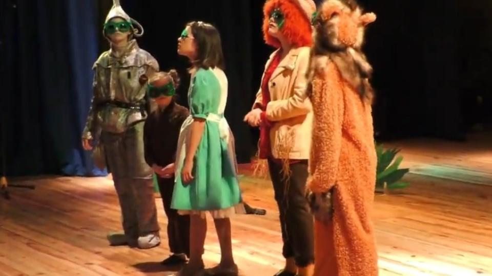 Чарівники, леви й мишенята: маленьким лучанам подарували виставу-казку. ВІДЕО