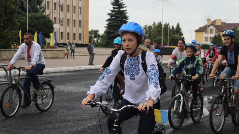 У вишиванках і шоломах. У Нововолинську – святковий велопробіг