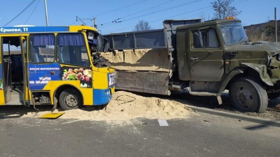 Пасажири маршрутки, яка потрапила у Луцьку в ДТП, розповіли деталі. Один постраждалий – у реанімації