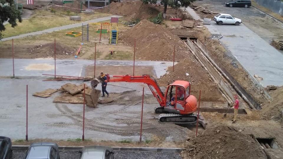 У Луцьку комунальники розкопали нещодавно закладене футбольне поле