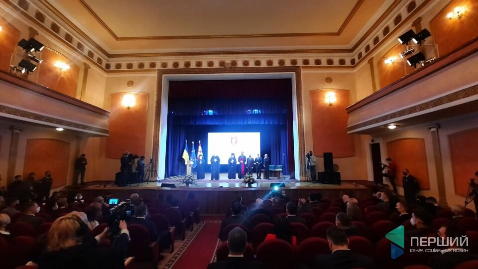 Перша сесія Луцькради розпочалась в Палаці культури. Запросили священників і хор