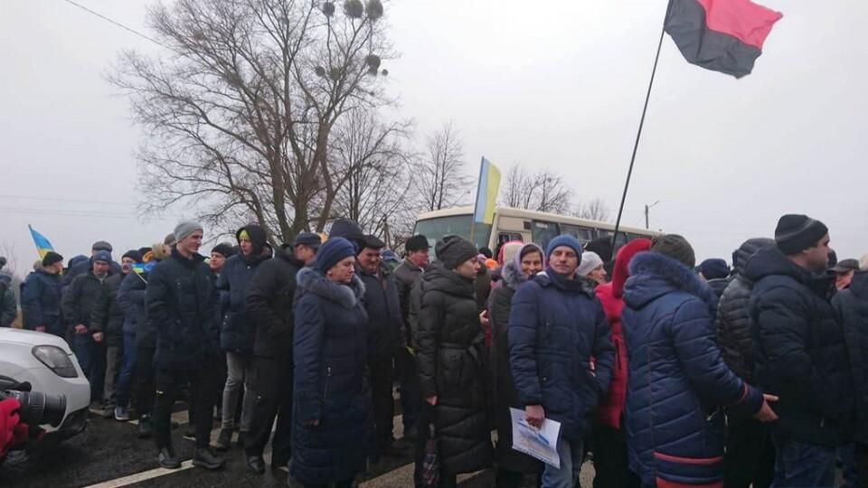 Мешканці Зарічанської ОТГ перекрили трасу. Протестують проти приєднання до Володимира-Волинського