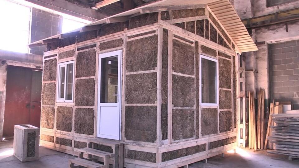 Волинянин створює будинки із соломи. Оздоблює їх глиною та вапном