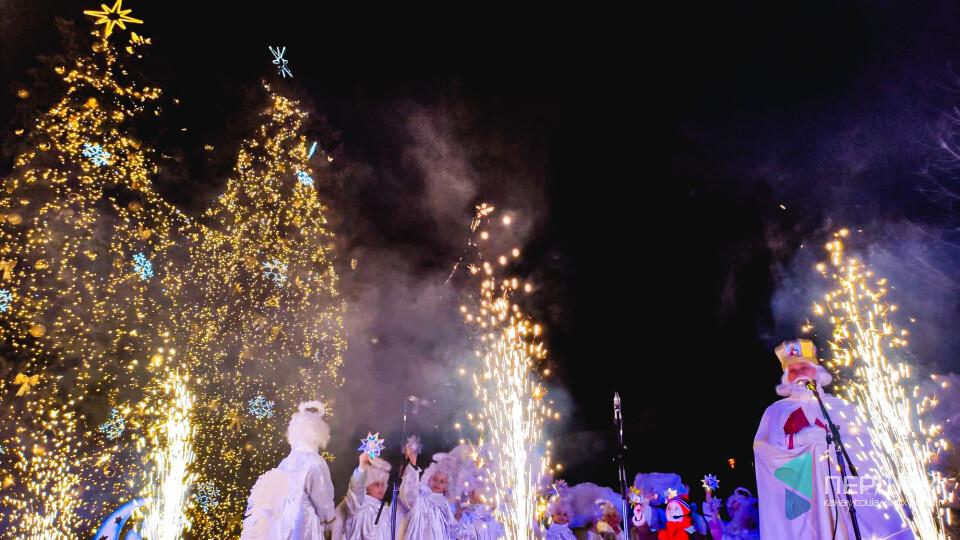З вогнями і Миколаєм: у центрі Луцька засвітили ялинки