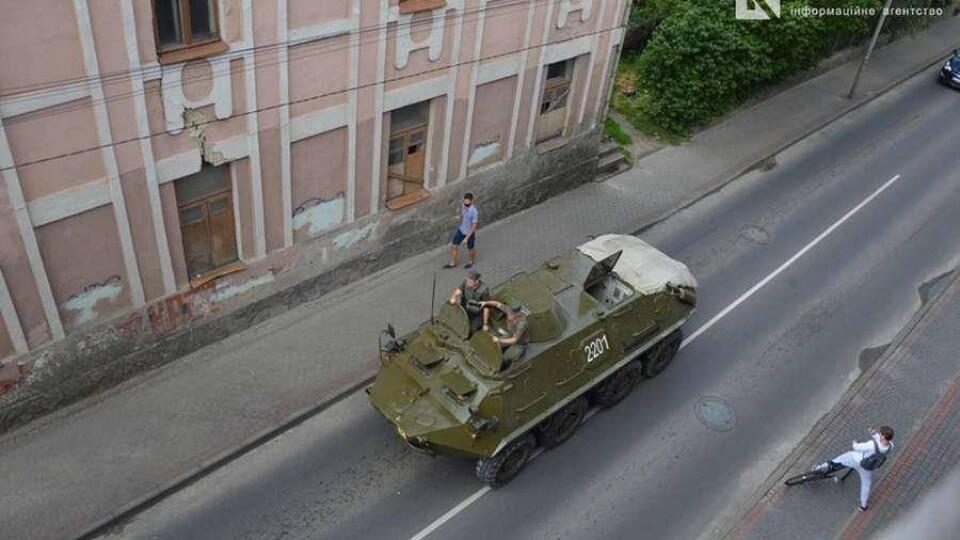 У центр Луцька стягують бронетехніку та військових. Прибув Аваков