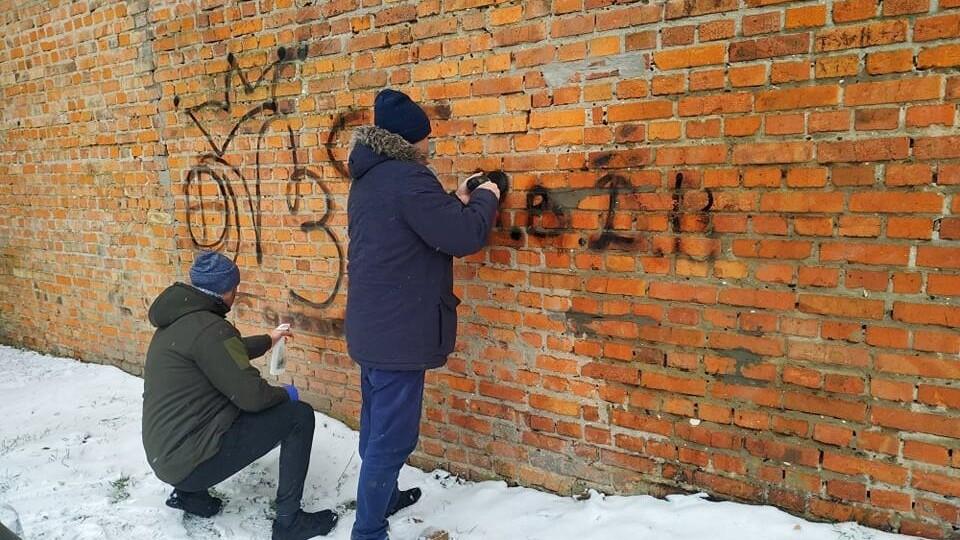 Стіни Луцького замку відчистили від написів вандалів