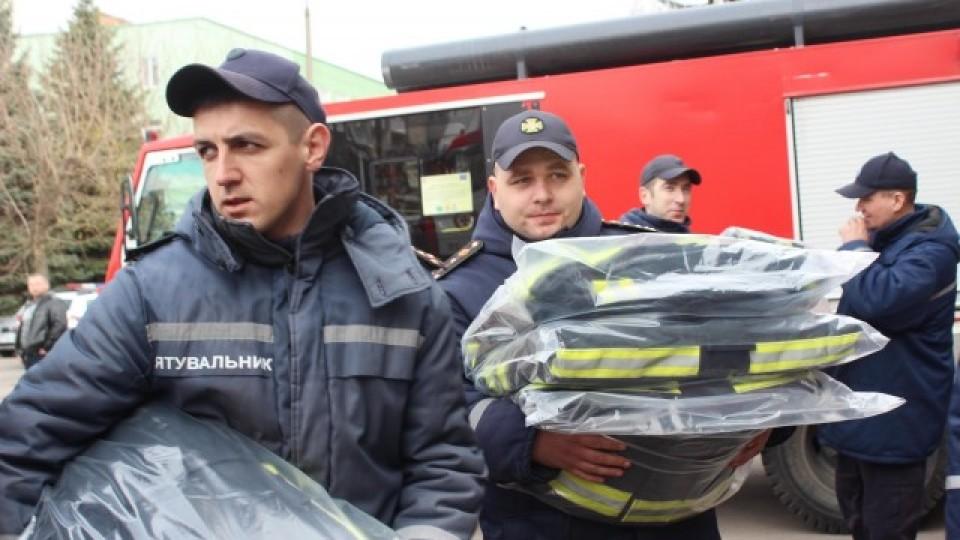 У Луцьку рятувальникам подарували нову бойову форму та спецобладнання. ФОТО