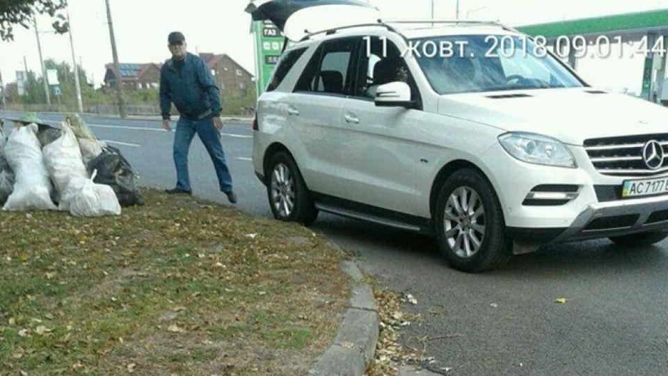 На дорогому авто, але без смітника: у Луцьку чоловік викидав сміття прямо біля дороги. ФОТО