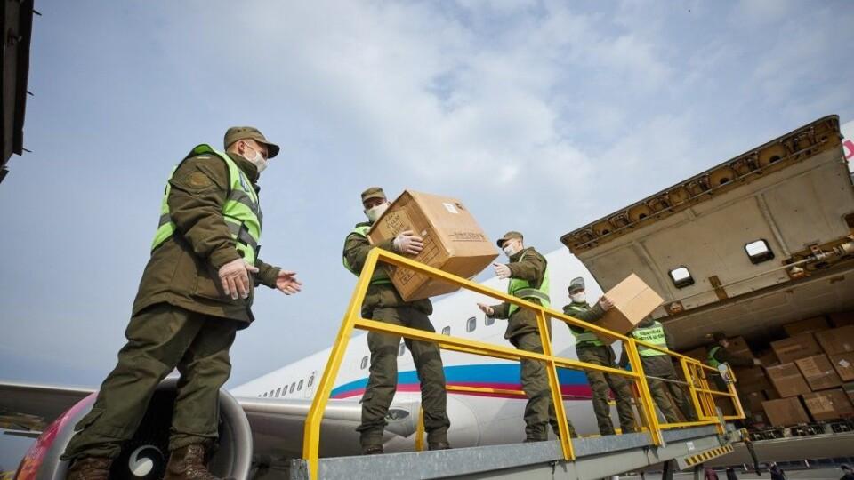 З Китаю прилетів літак із тестами та медичними засобами. Їх розподілять у регіони