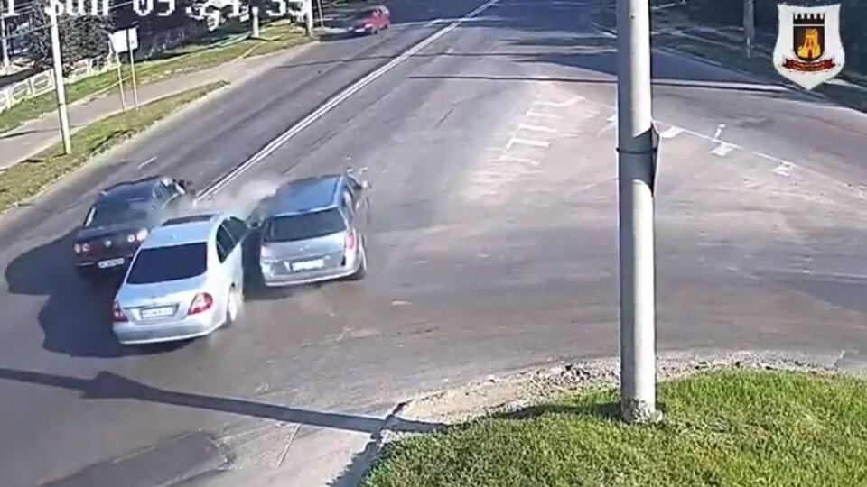 Подвійна ДТП на перехресті: показали момент зіткнення авто у Луцьку. Відео