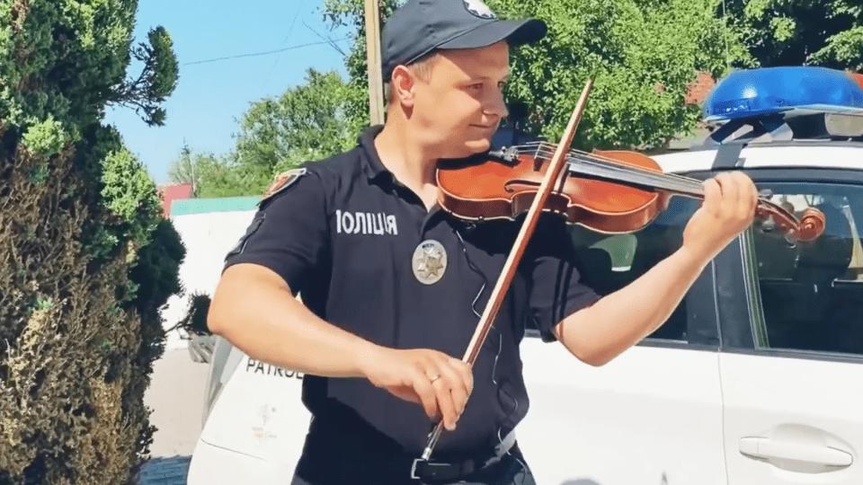 Луцький патрульний зіграв на скрипці разом зі своїм 9-річним сином. Відео
