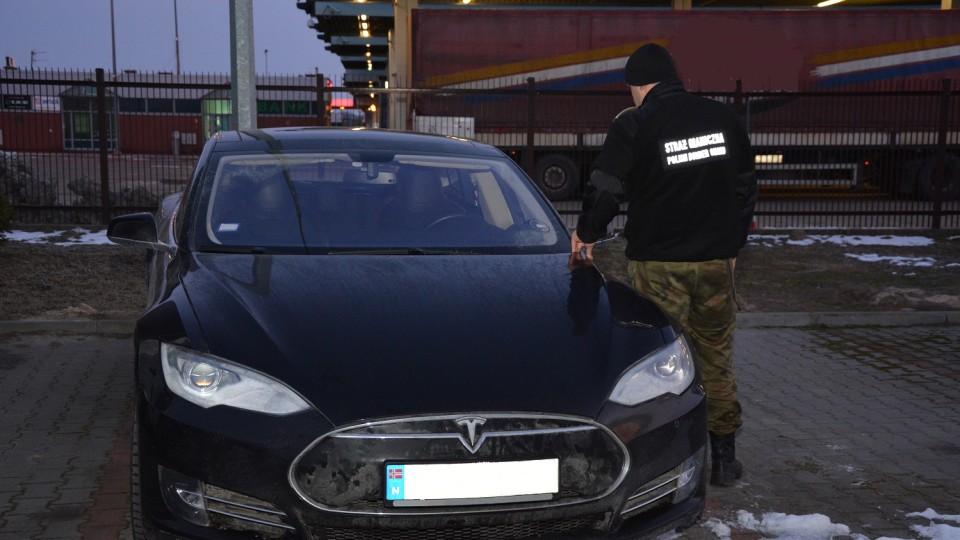 Через українсько-польський кордон українець віз крадену Tesla за 82 тисячі євро