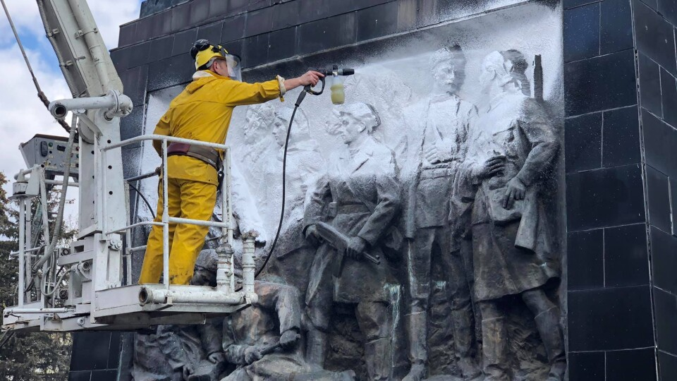 У Луцьку на меморіальному комплексі очистили обеліск. Фото