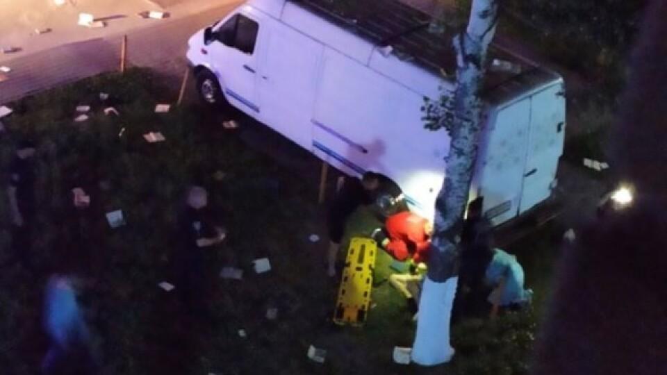 У Луцьку з вікна 9-го поверху випав чоловік. Він вижив, бо приземлився на дерева