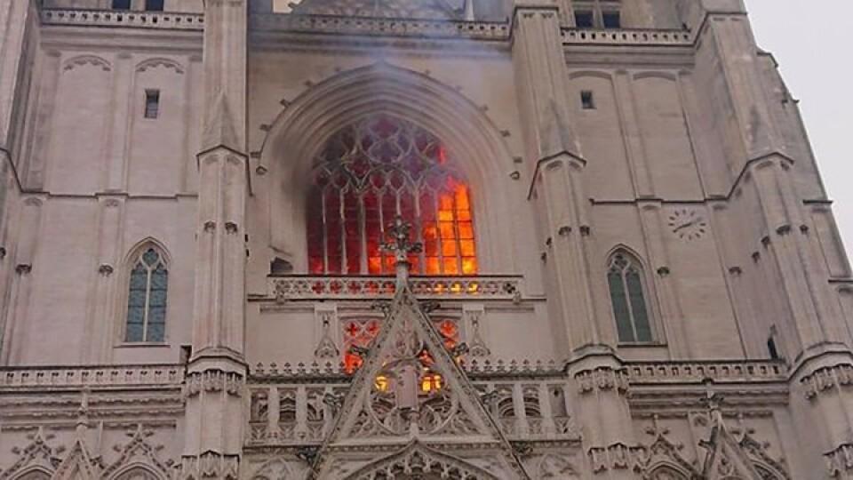 У Франції горить один з найбільших готичних соборів. Його підпалили навмисно