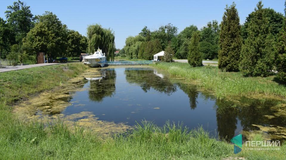 50 відтінків зеленого: як чистять канали в Центральному парку Луцька.ФОТО