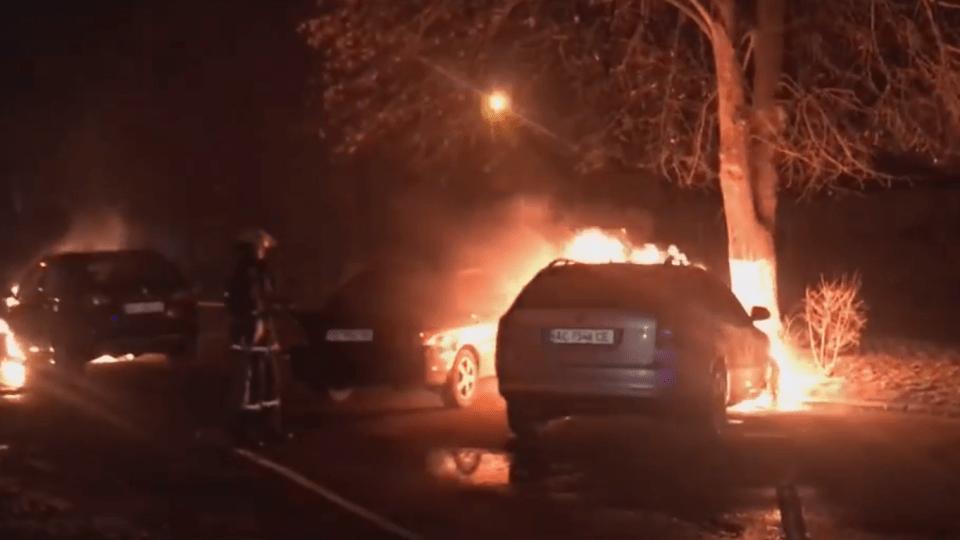 У Луцьку вночі спалили машини бізнесменові та адвокатці. Все, що відомо на цей час. ВІДЕО. ДОКУМЕНТ