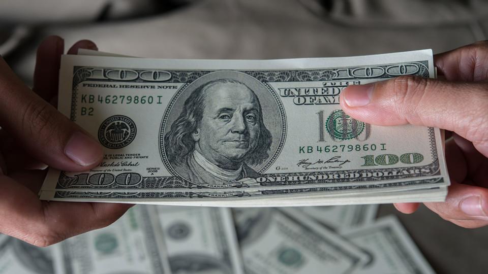 На Волині затримали чоловіка, який тицяв гроші поліцейському. ФОТО