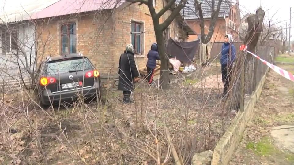 Аварія у Луцьку: автомобіль врізався в хату. ВІДЕО
