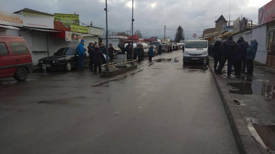 Загородили машинами і чекають муніципалів. Підприємці всю ніч охороняли Старий ринок у Луцьку