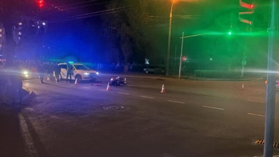 У Луцьку на вулиці Ковельській мотоцикліст влетів у ВАЗ