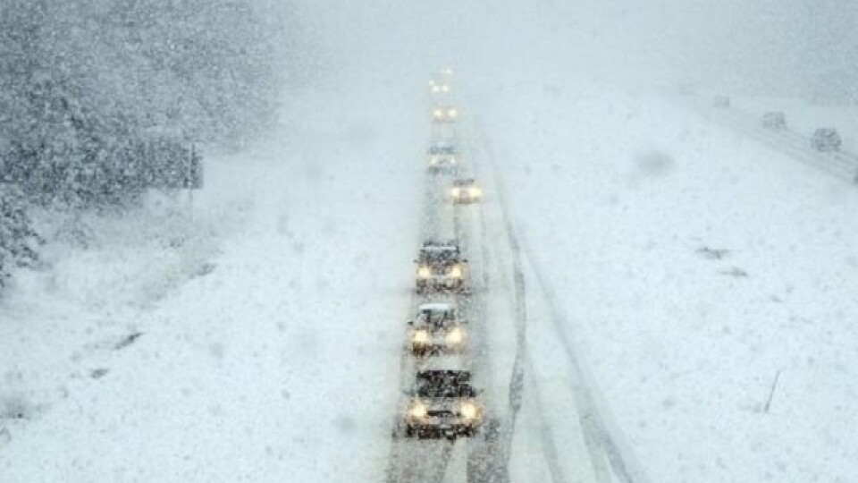 «Через негоду може зупинитися рух транспорту». Рятувальники просять водіїв поки нікуди не їхати