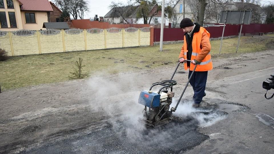 На Волині випробовують нову технологію ямкового ремонту доріг. ФОТО