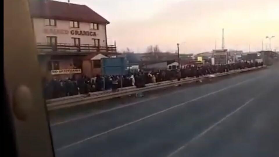 Показали черги людей, які повертають в Україну через «Ягодин»