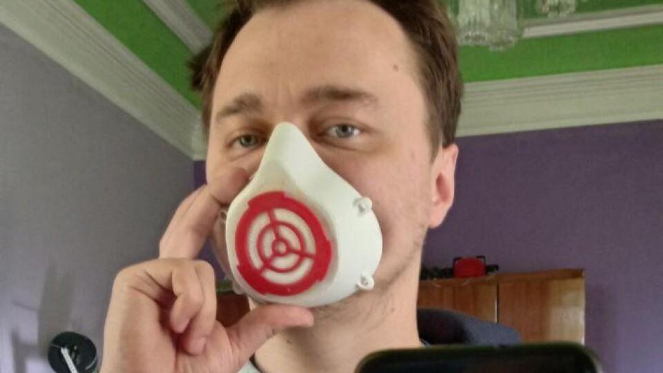 Дорожче, зате надійніше. Волинянин друкує захисні маски на 3D-принтері