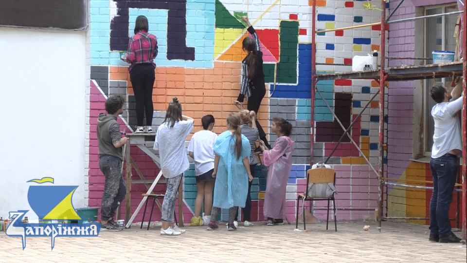 Луцький художник розмалював стіну школи в Запоріжжі
