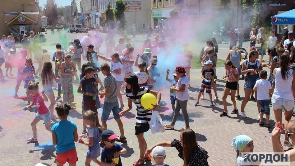 У місті на Волині влаштували фестиваль кольорів. ФОТО