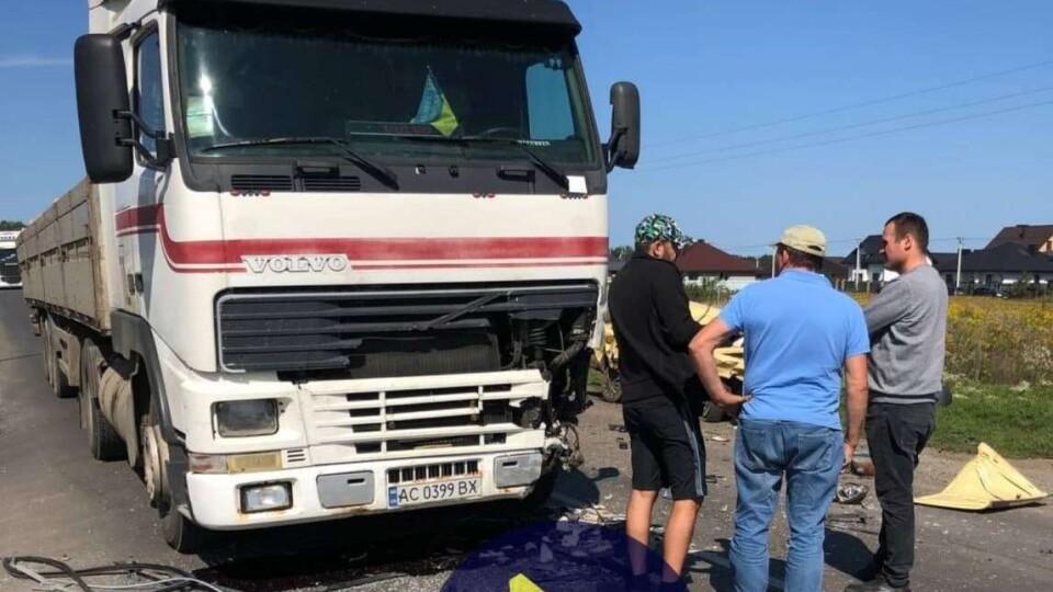 Біля Луцька зіткнулися ВАЗ, вантажівка та бус. Двох постраждалих госпіталізували