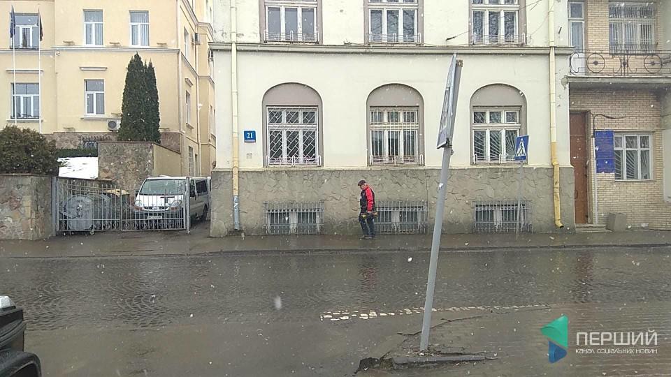 У Луцьку тролейбус «Богдан» в'їхав у дорожній знак. ФОТО