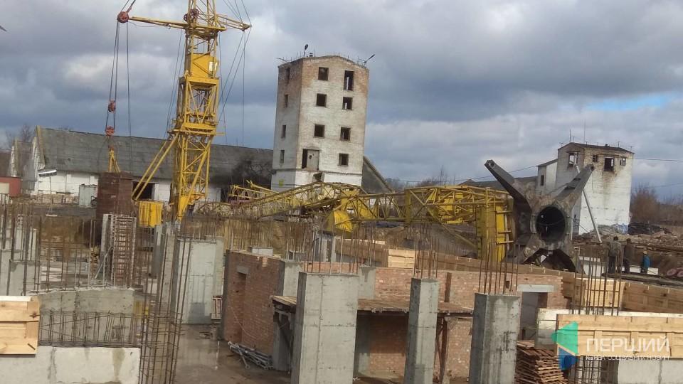У Луцьку на будівництві  впав кран. ФОТО. ОНОВЛЕНО