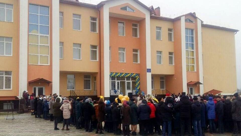 В Осівцях нарешті розпочали навчання у новій школі. Її мали відкрити ще 1 вересня