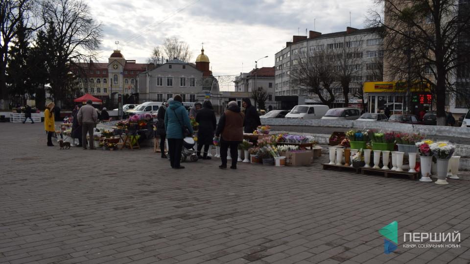 У центрі Луцька почали продавати квіти. ФОТО
