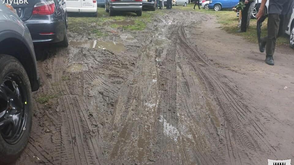 На Теремнівських ставках водії перетворили зелену зону на суцільне болото