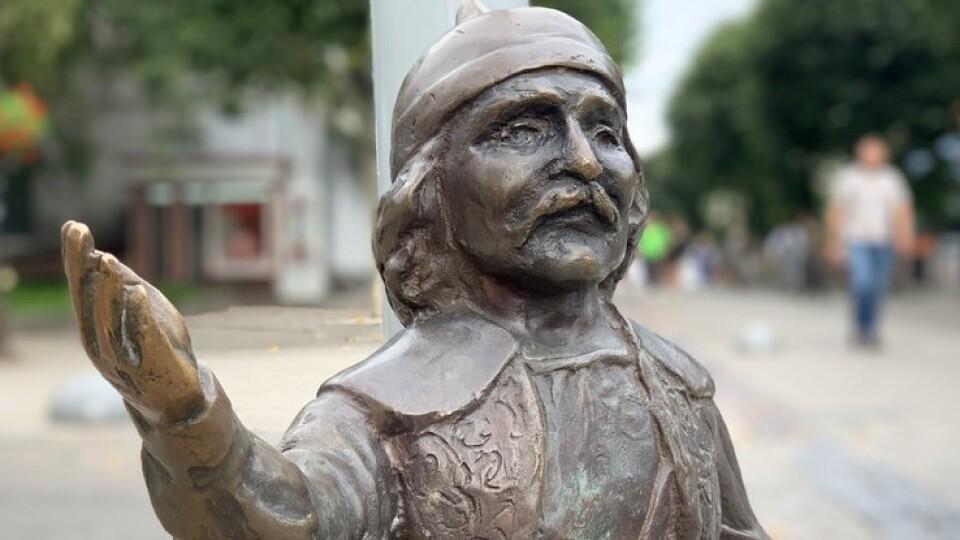 У центрі Луцька встановили викрадену скульптуру кликуна