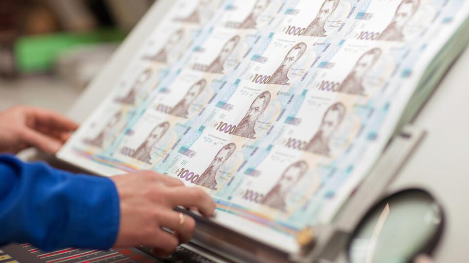 Почали друкувати банкноти номіналом 1 000 гривень. Нові гроші з'являться в обігу 25 жовтня