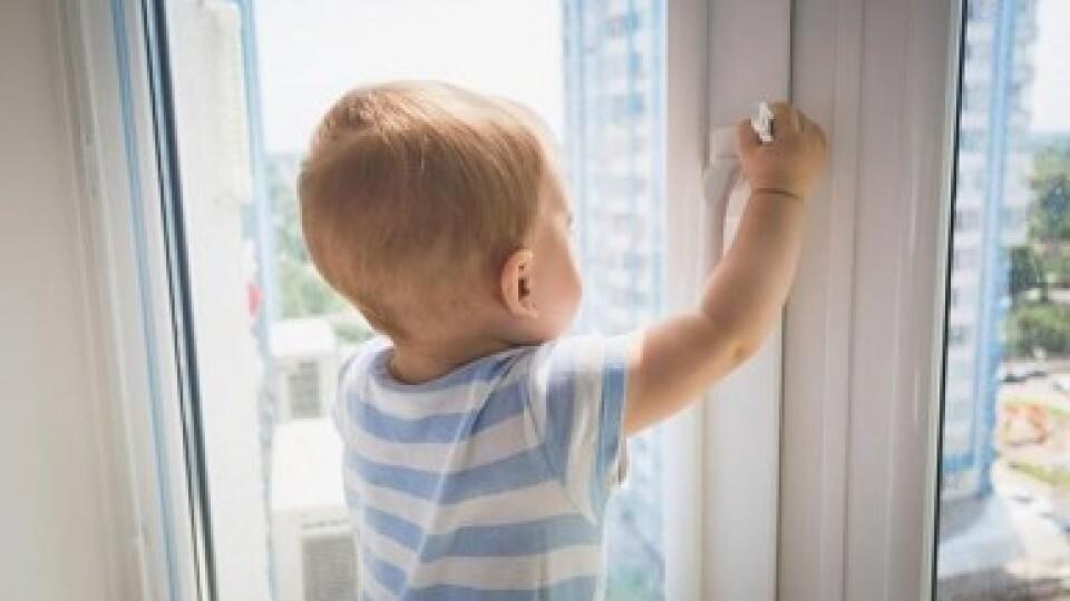 У Підгайцях двоє дітей випали з вікна другого поверху