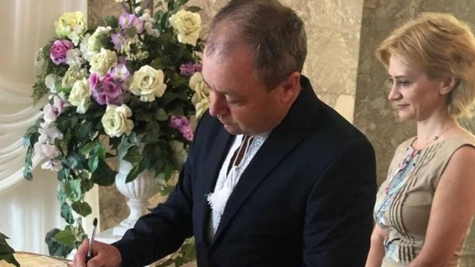 28 волинських пар провели урочисту церемонію у річницю весілля