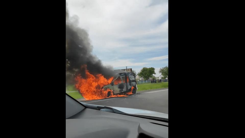 На трасі Луцьк-Ковель повністю вигоріла автівка. Відео