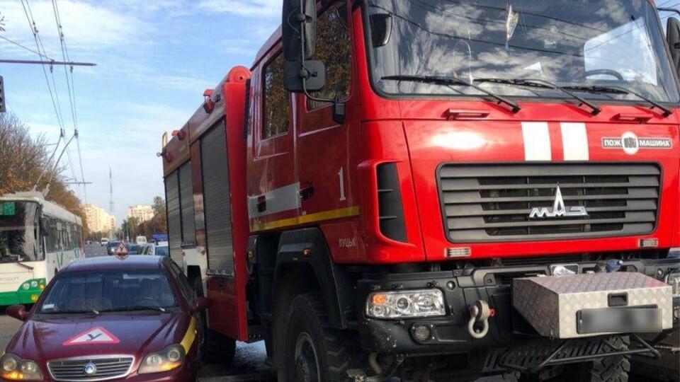 У Луцьку зіткнулися навчальне авто, пожежна та Volkswagen