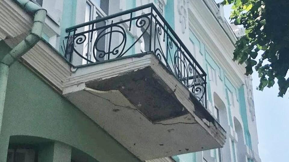 В центрі Луцька руйнується балкон, а будинок – пам'ятка архітектури