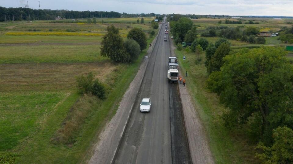 Поблизу Луцька обмежили рух транспорту: ремонтують дорогу