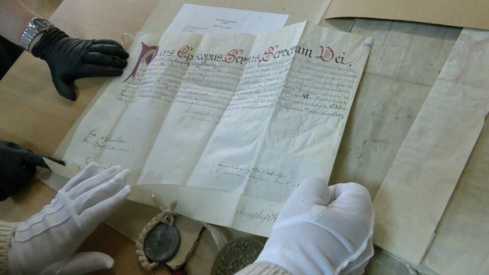 Волинський архів оцифрував історичні документи на пергаменті
