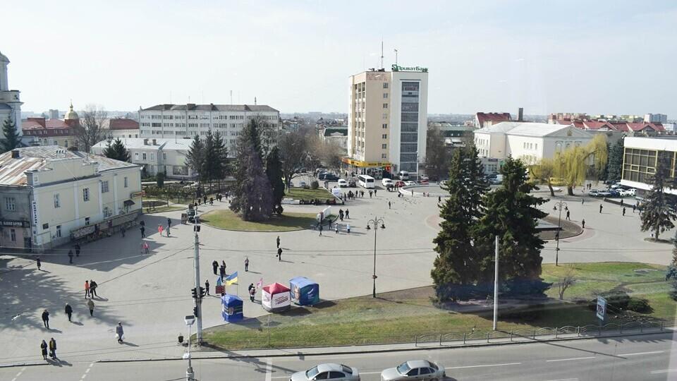 Думку мешканців врахують, – Луцькрада про знесення ялинок у центрі міста