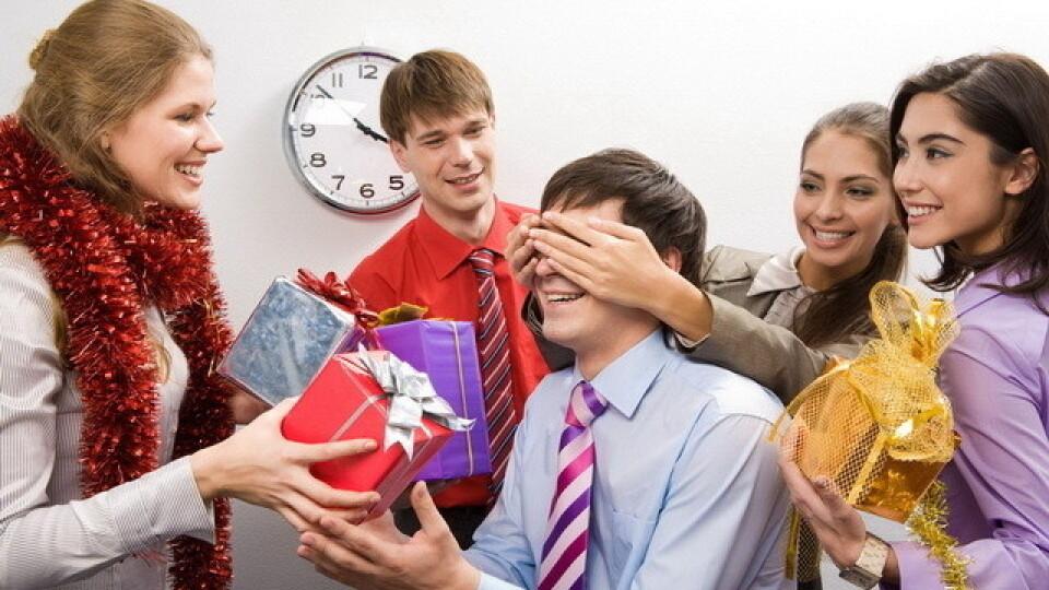 Що можна подарувати колегам в офісі до Новорічних свят. Поради